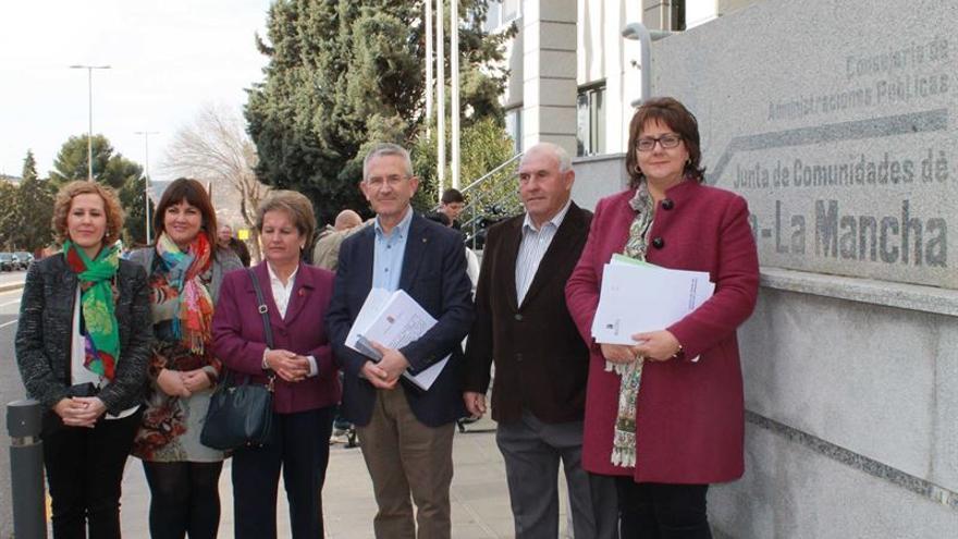 Equipo de Gobierno de Balazote (Albacete) entrega las firmas por su centro de salud / Foto: PSOE