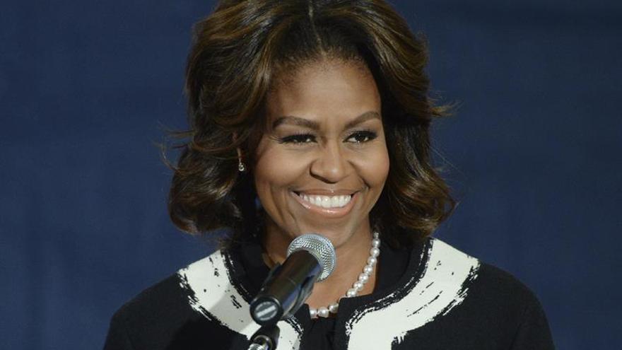"Michelle Obama se ""arremanga"" para captar el voto joven para Clinton"