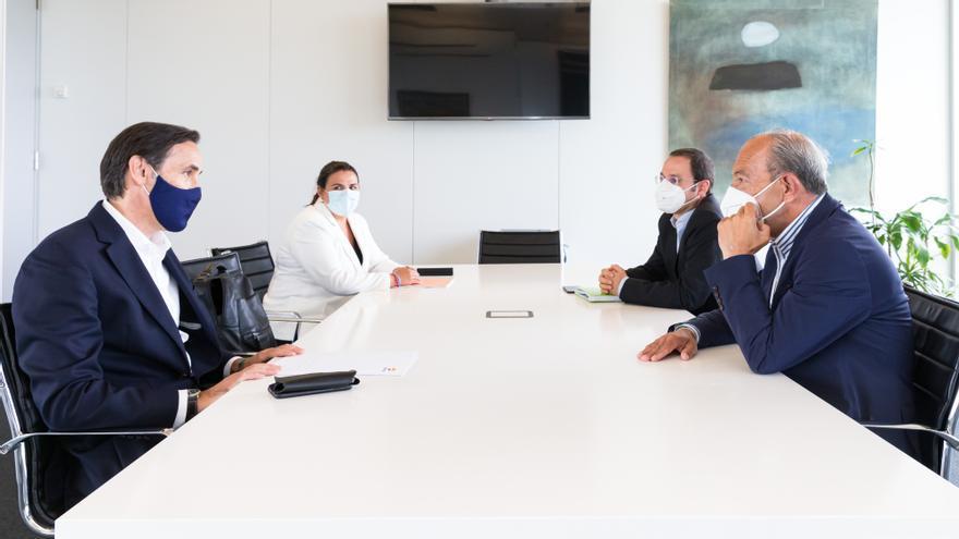 El consejero de Industria, Turismo, Innovación, Transporte y Comercio, Javier López Marcano, recibe a representantes de Repsol