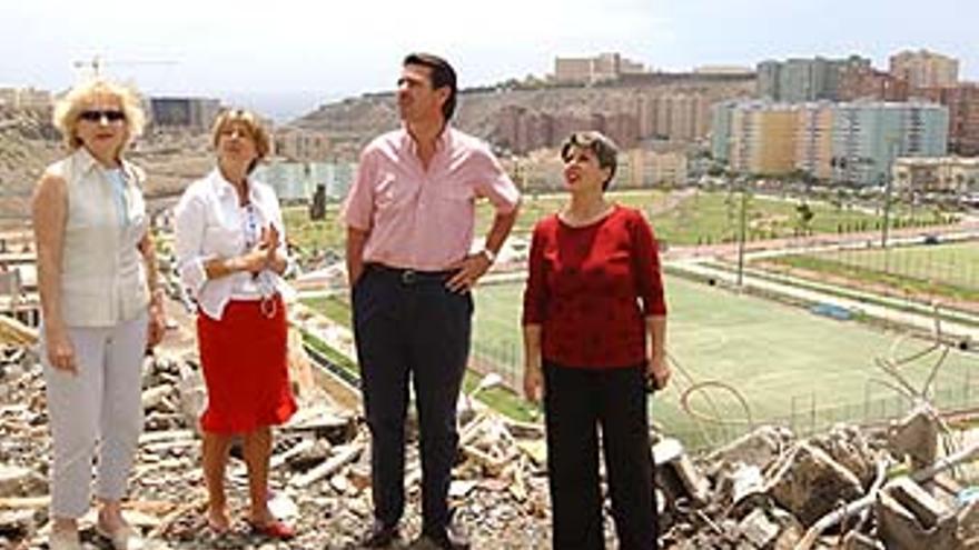 El ex alcalde Soria, en Las Rehoyas, rodeado por las entonces concejalas del PP Pino Esther Rivero, Pepa Luzardo y Carmen Guerra.