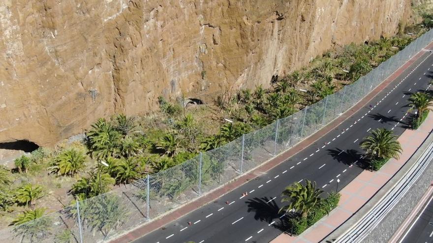 Barreras dinámicas de protección de siete metros de altura a lo largo de 400 metros lineales en la zona ajardinada más próxima al risco, junto a la carretera.