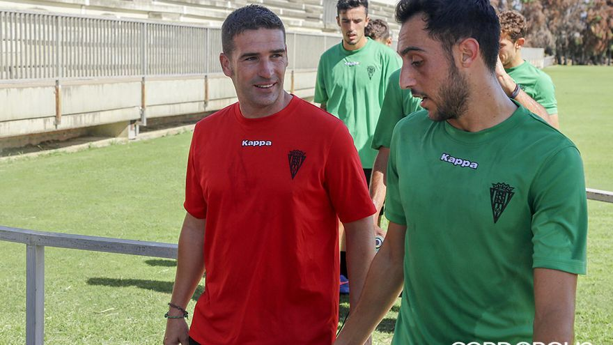 Carrión habla con Aguza tras un entrenamiento en la Ciudad Deportiva | ÁLEX GALLEGOS