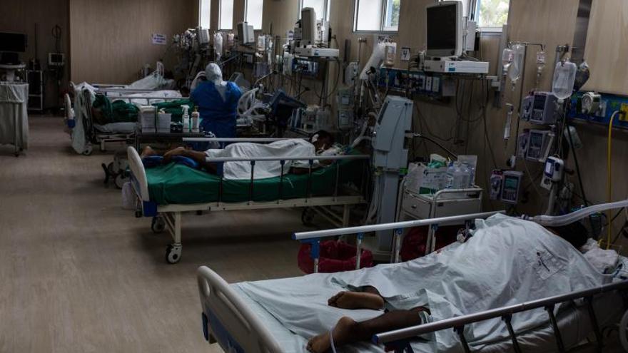 Pacientes contagiados de COVID-19 reciben atención médica en el Hospital Guillermo Almenara de Lima (Perú).