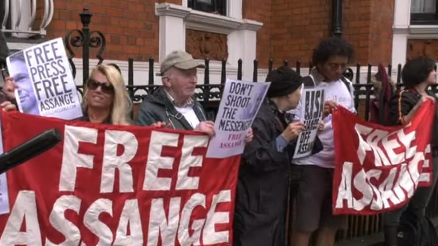Algunos de los manifestantes congregados en torno a la Embajada de Ecuador