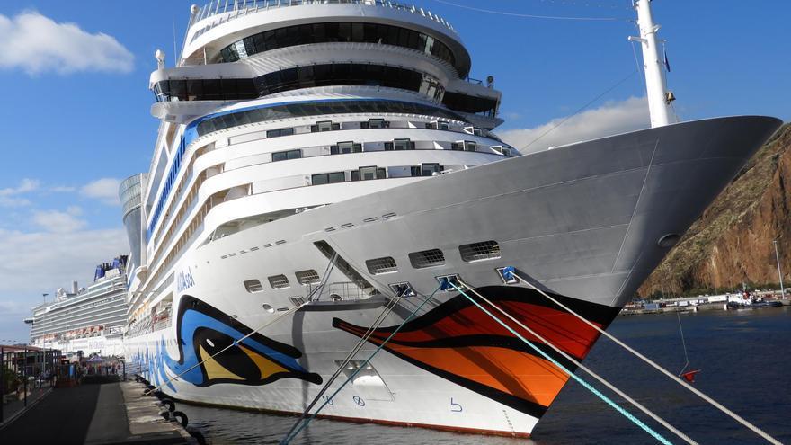 El buque 'Aida Sol', este viernes, en el dique principal del Puerto de Santa Cruz de La Palma, junto al 'Britannia'  (detrás). Foto: LA PALMA AHORA.