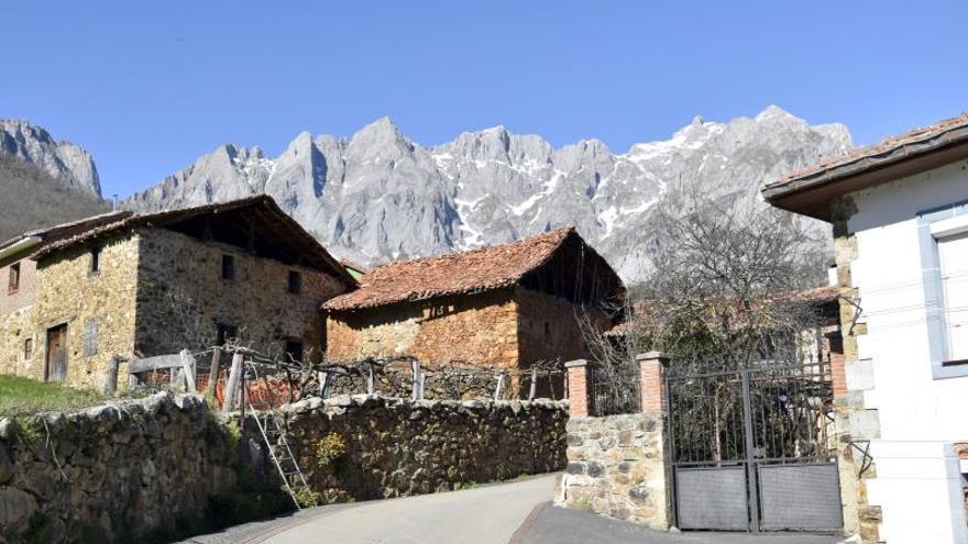 Casas típicas de piedra y madera en la localidad cántabra de Mogrovejo (Cantabria).