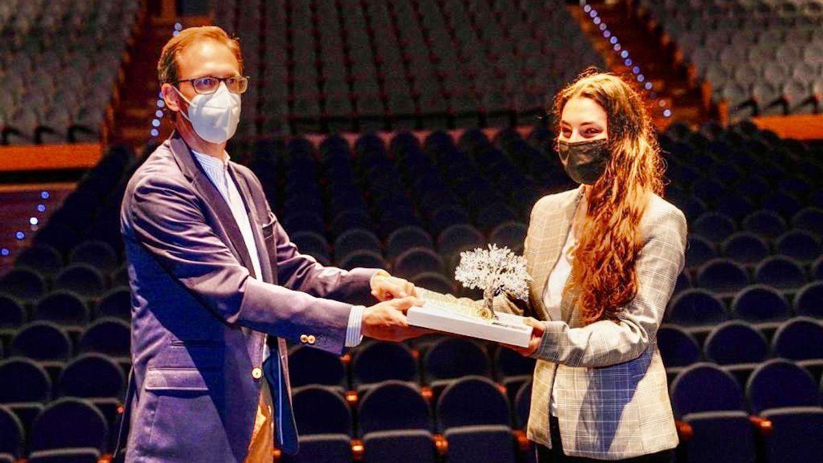 Santiago Cabello, entrega el título de embajadora de Pozoblanco a María José Llergo.