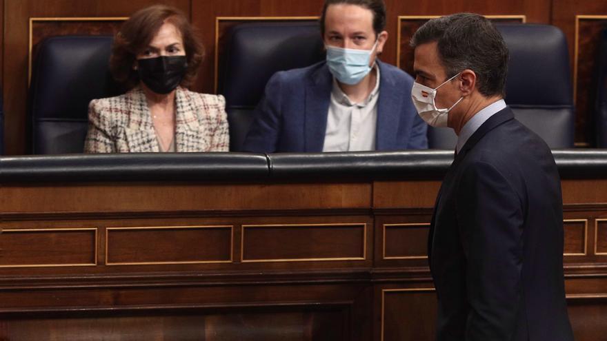 El presidente del Gobierno, Pedro Sánchez, pasa por delante de los vicepresidentes Carmen Calvo y Pablo Iglesias