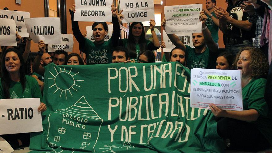 Docentes interinos andaluces encerrados en el Ayuntamiento de Sevilla. | JUAN MIGUEL BAQUERO