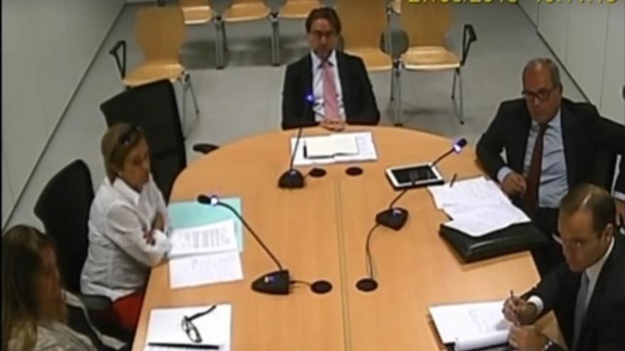 Salvador Alba, en el centro, durante su declaración como denunciante el pasado 27 de junio ante el juez de Instrucción 2 de Las Palmas de Gran Canaria.