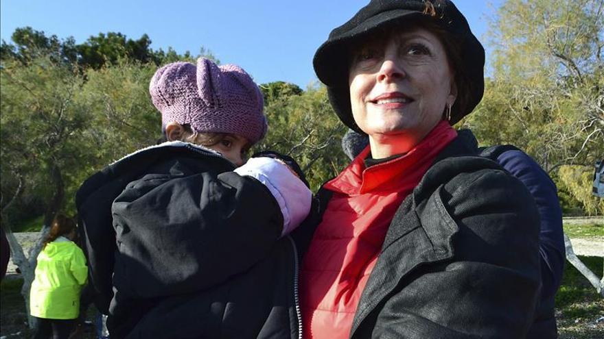 Susan Sarandon visita la isla Lesbos para ayudar en recepción de refugiados