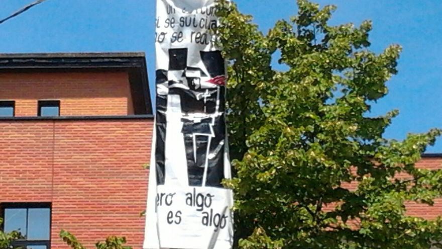 Pancarta en las txosnas de Vitoria que 'celebra' el suicidio de un guardia civil. /eldiarionorte.es