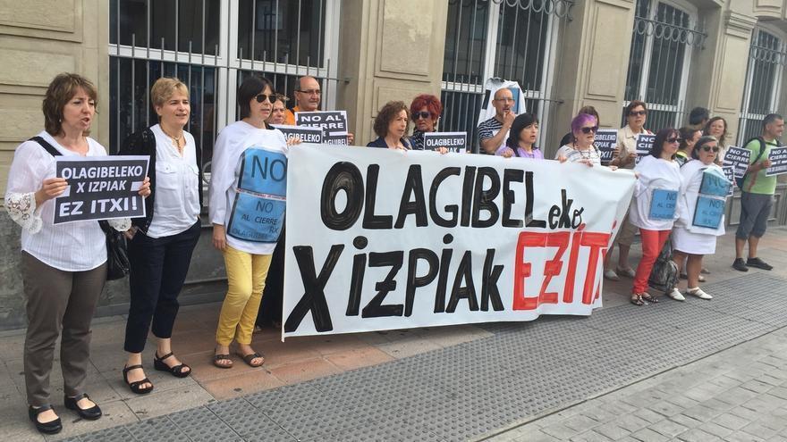 Trabajadores presentan 4.000 firmas contra el cierre del Servicio de Radiología de Olagibel (Vitoria)