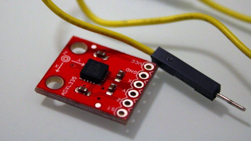 El acelerómetro, un pequeño componente que detecta las vibraciones de tu lavadora (Foto: Cristina Sánchez)