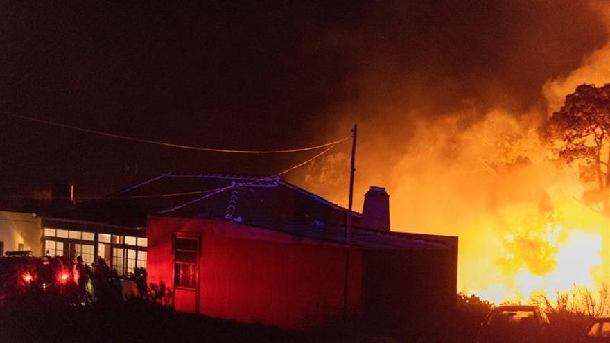 El fuego desatado en la tarde de este jueves ha obligado ya a evacuar 10 viviendas de las zonas de San Antonio, El Mocolón y Llano Negro.
