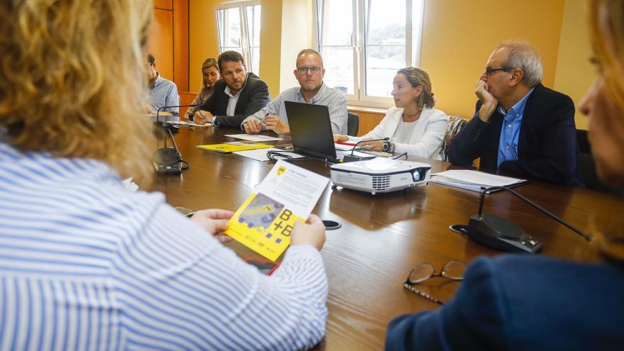 El concejal de Movilidad del Ayuntamiento de Las Palmas de Gran Canaria, José Eduardo Ramírez, junto al director general de Guaguas Municipales, Miguel Ángel Rodríguez y director general de Movilidad, Heriberto Dávila, durante una reunión.