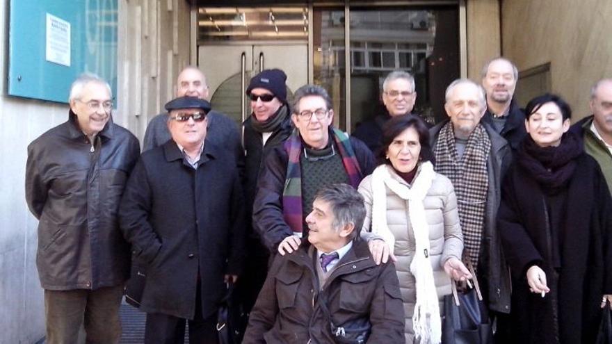 Algunas de las víctimas valencianas de torturas ante el consulado argentino