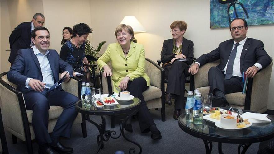Alexis Tsipras hablará con Juncker de la deuda tras reunión con Merkel y Hollande