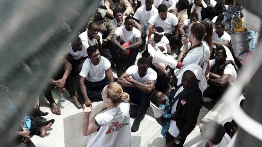 La tripulación del Aquarius informa de la situación a los rescatados.