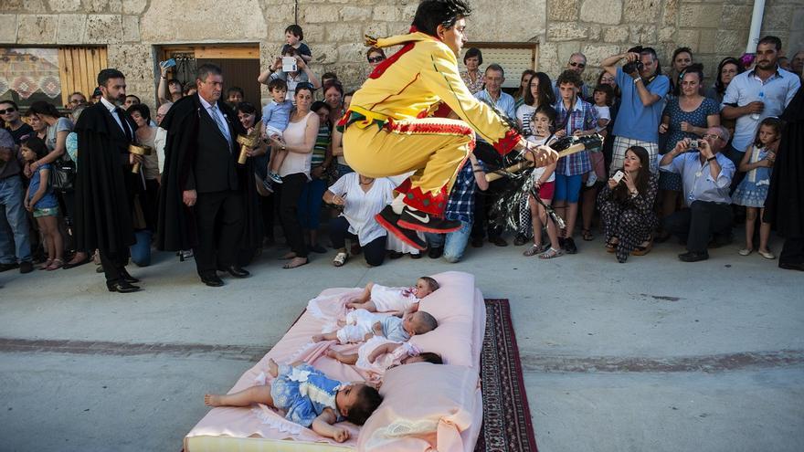 Fiesta del Colacho. El momento culminante de la fiesta es cuando la influencia maléfica huye de los niños nacidos durante el año y El Colacho los salta. Castrillo de Murcia (Burgos). 07/06/2015 | FOTO: JOAQUÍN GÓMEZ SASTRE