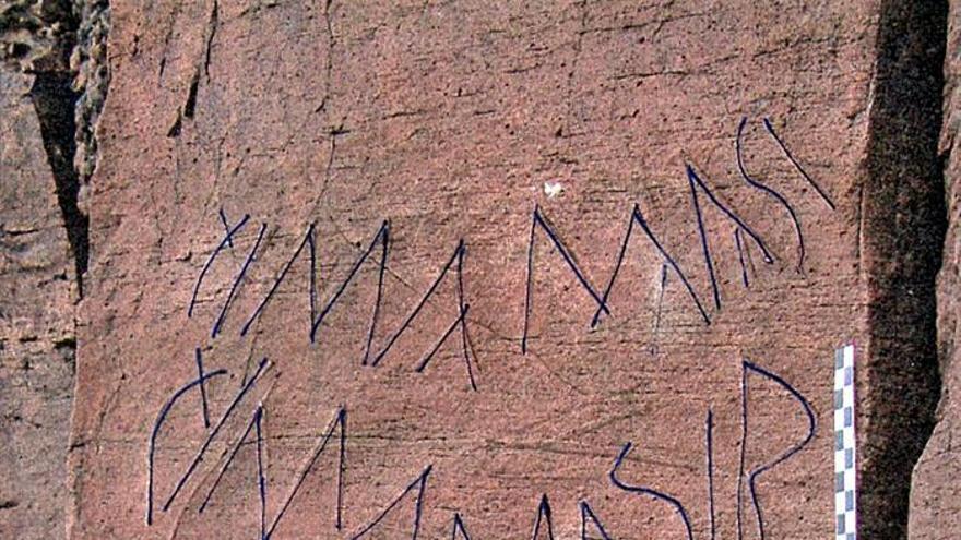 Fotografía facilitada por la investigadora María Antonia Perera, de un panel localizado en un yacimiento rupestre de Fuerteventura que puede convertirse en una piedra Rosetta del alfabeto de los antiguos indígenas canarios