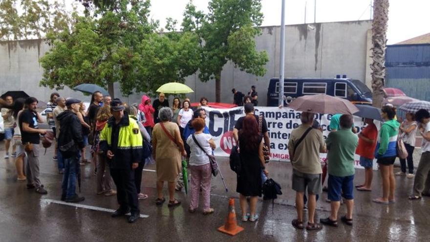 Protesta ante el CIE de Valencia.