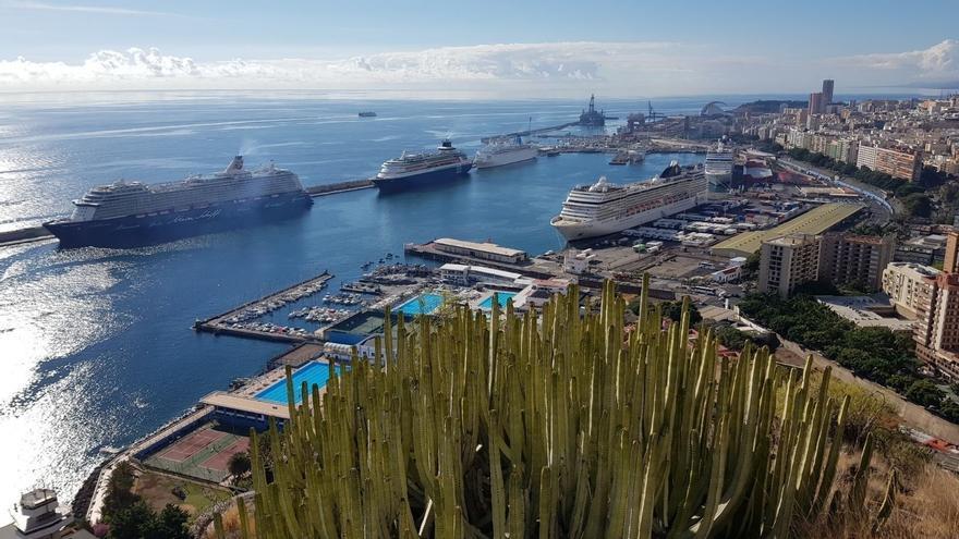 Cruceros atracados en el puerto tinerfeño
