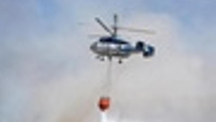 Helicóptero en tareas de extinción de incendios
