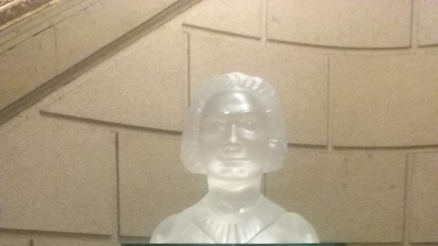 El Congreso reubica cerca del Hemiciclo el busto de Clara Campoamor y bautiza con su nombre la sala que lo acoge