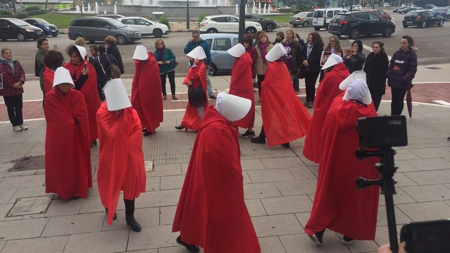 Mujeres protestan en Valencia contra una reunión sobre vientres de alquiler vestidas como personajes de 'El cuento de la criada'.