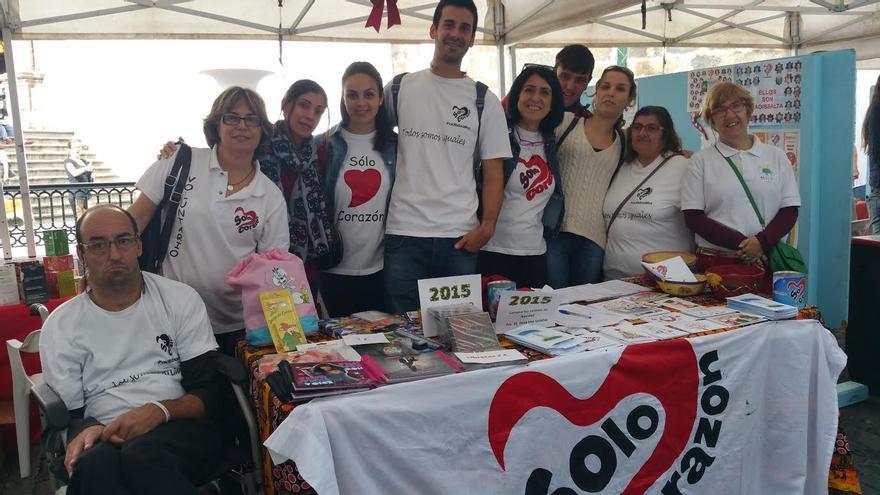 Alba Pérez (tercera por la derecha) junto a los miembros de Padisbalta. Foto: LUZ RODRÍGUEZ.