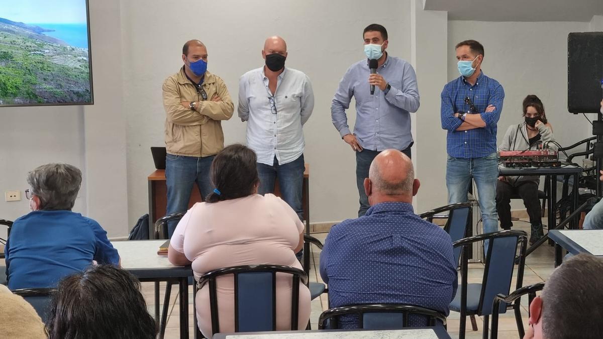 Un momento de la reunión donde  responsables y técnicos del Cabildo han informado de la marcha de las obras de la carretera de Gallegos a los vecinos afectados por el corte de la vía.