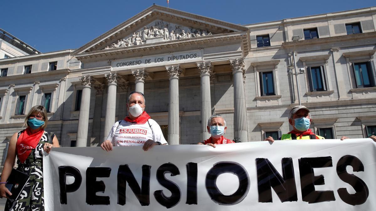 Imagen de archivo de una protesta en defensa de las pensiones, con presencia de Asjubi40, frente al Congreso de los Diputados.