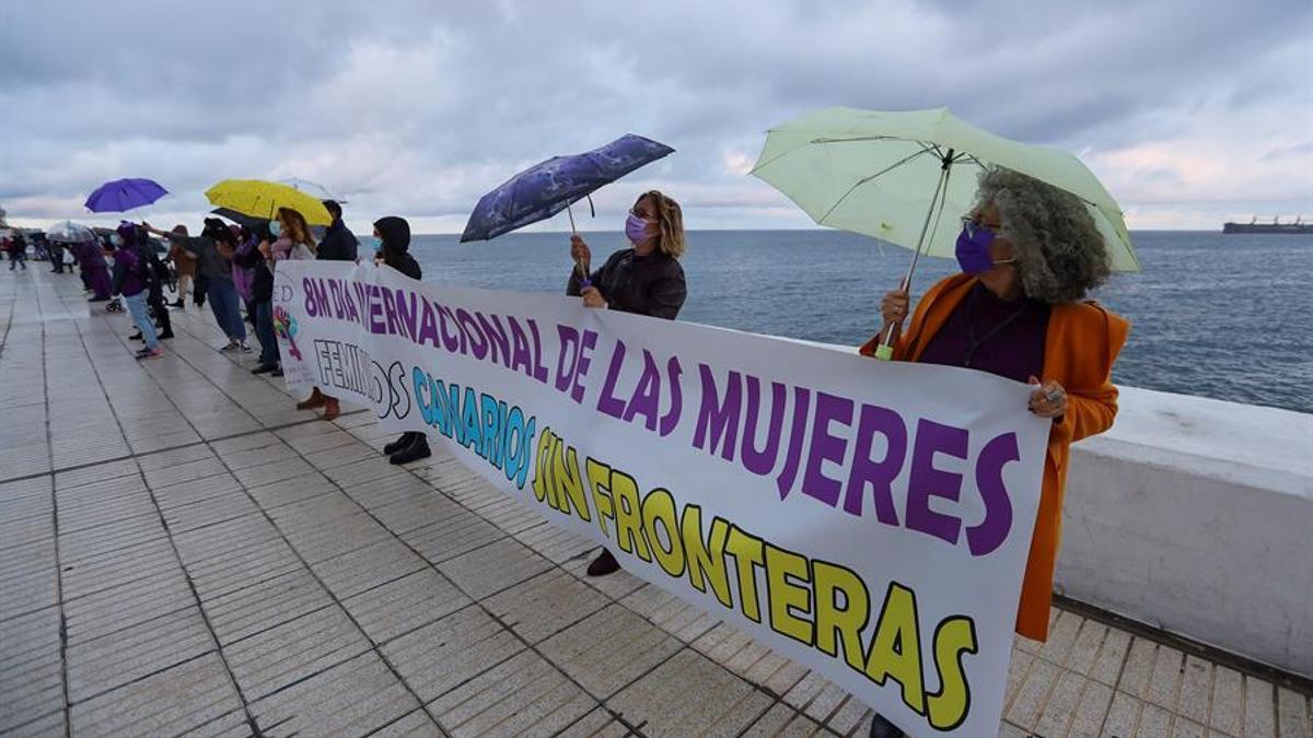 Unas 250 personas tiñen de violeta la Avenida Marítima de Las Palmas de Gran Canaria. EFE/ Elvira Urquijo A.