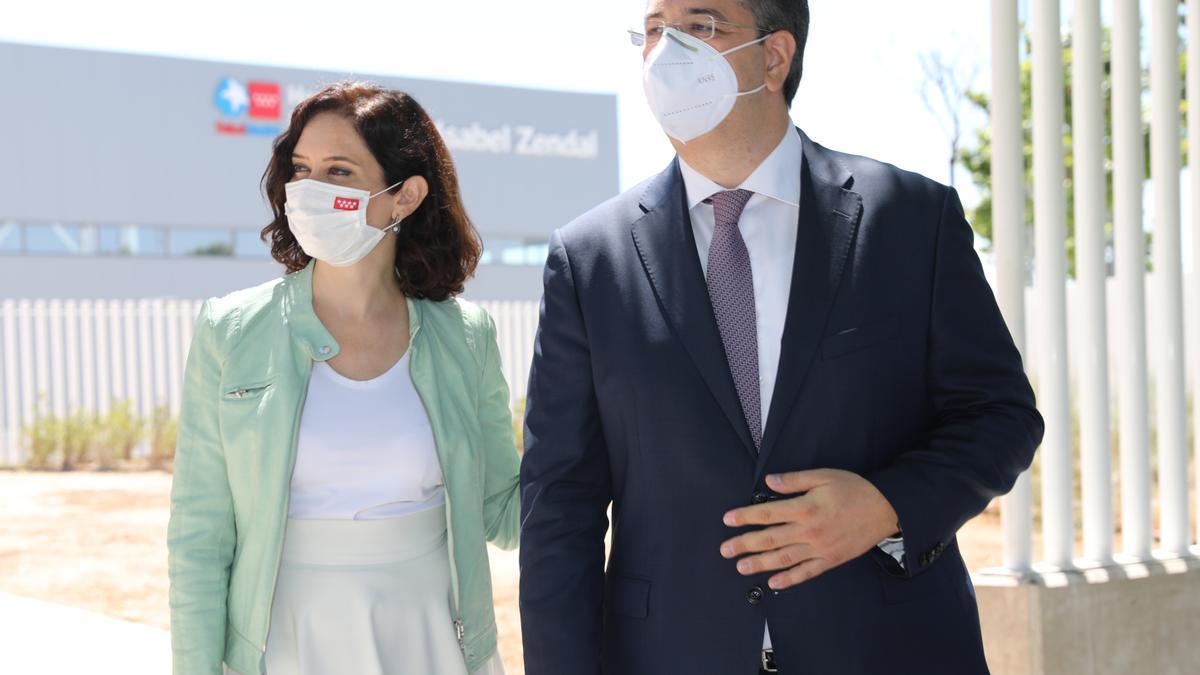 La presidenta de la Comunidad de Madrid, Isabel Díaz Ayuso; y el presidente del Comité Europeo de las Regiones, Apostolos Tzitzikostas, durante su visita al Hospital Enfermera Isabel Zendal de Madrid.