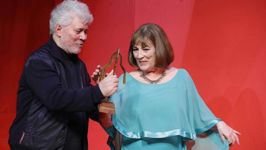 Carmen Maura recibe su premio de honor en los Fotogramas de Plata, de manos de Pedro Almodóvar