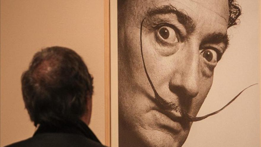 Intervienen 11 litografías falsas de Salvador Dalí que se vendían en internet