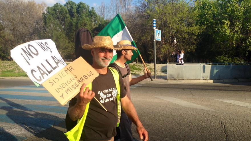 Un integrante de la columna sur, este jueves saliendo de Pinto hacia Parla (Foto: Olga Rodríguez)