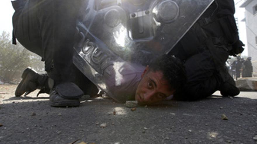 La Policía israelí detiene a un árabe durante una manifestación en Umm al Fahm