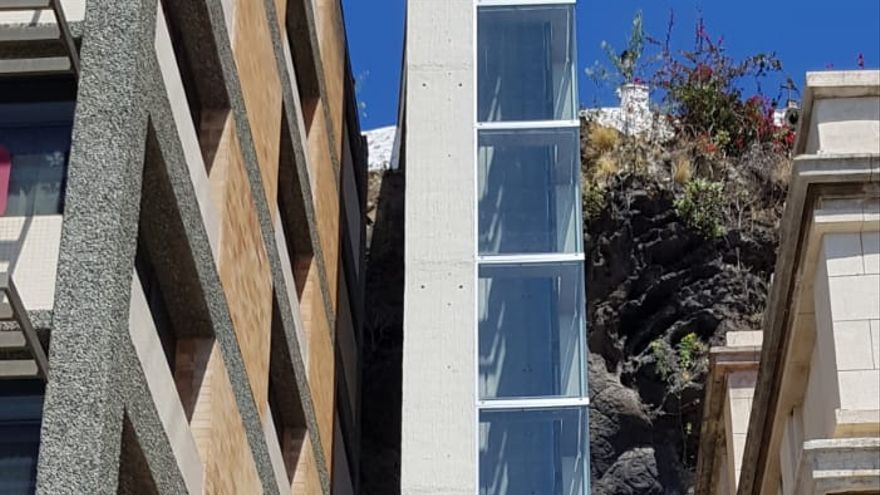 Ascensor urbano de Santa Cruz de La Palma situado entre los edificios de Correos y Usos Múltiples.