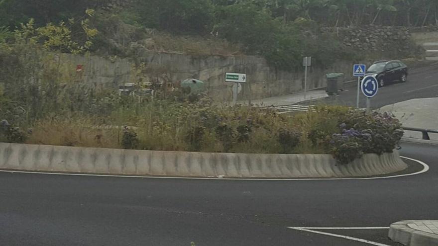 En la imagen, estado en el que, según CC, estaba la rotonda de la salida norte del municipio de San Andrés y Sauces. Foto facilitada por CC.