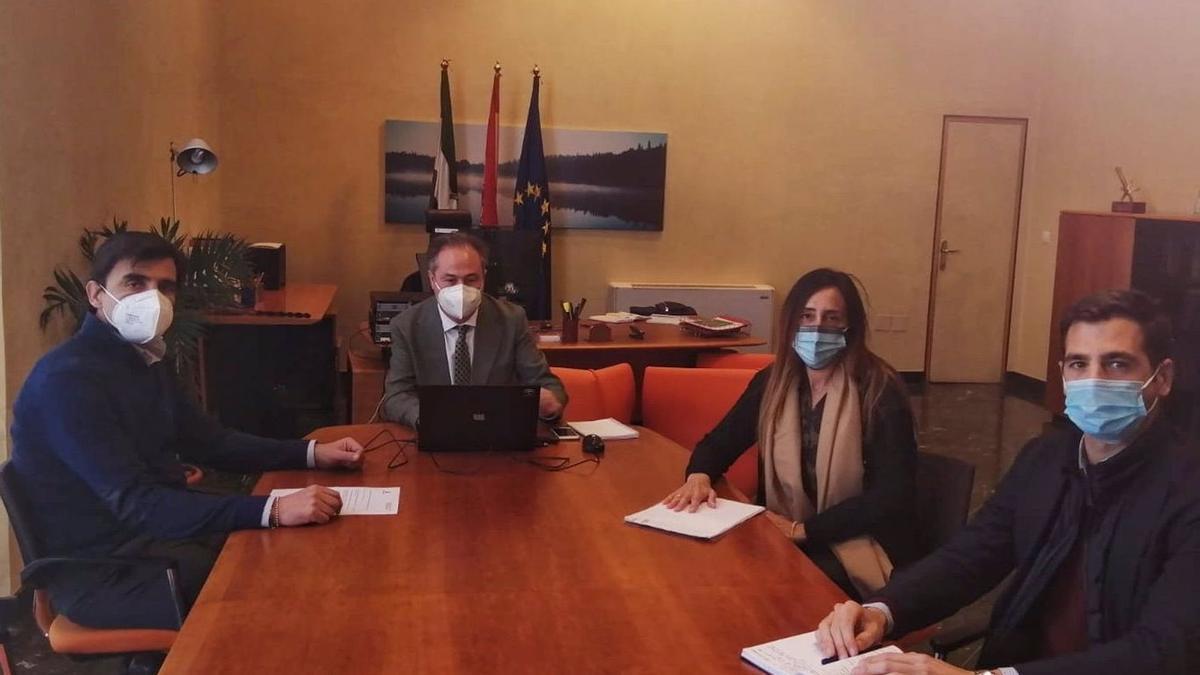 Ángel Pimentel, en el centro, junto a la junta directiva de Aehcor.