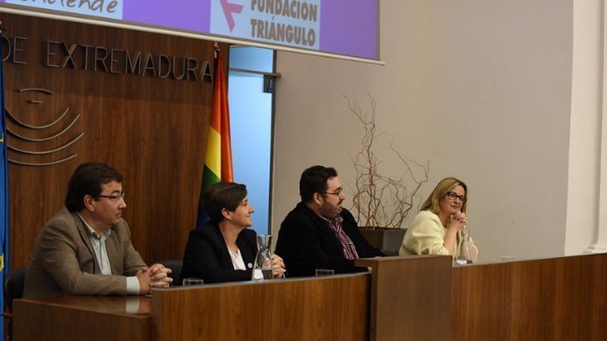 Autoridades y activistas LGTBI en el acto del Parlamento regional / Asamblea