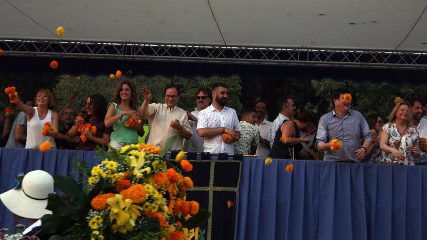 Varios concejales y autoridades durante el lanzamiento de claveles