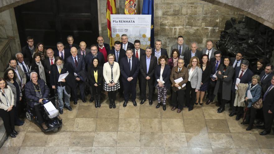 El presidente del Consell, Ximo Puig (centro), con los de integrantes de la Mesa de la Rehabilitación