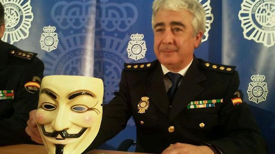 """El comisario jefe de la Brigada de Investigación Tecnológica Manuel Vázquez, en la rueda de prensa en la que la policía dijo haber desarticulado """"la cúpula de Anonymous"""" en 2011."""