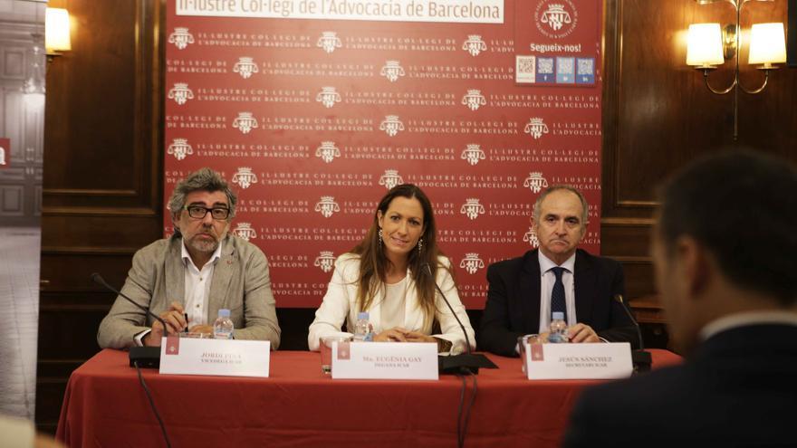 La decana Maria Eugènia Gay junto al vicedecano Jordi Pina (i) y el secretario Jesús Sánchez