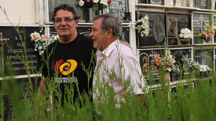 Juan Barba (izquierda) y Ramón Romero Perea en el cementerio de Zalamea. / JUAN MIGUEL BAQUERO