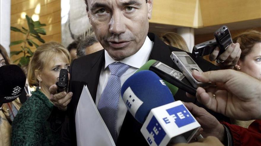 Militantes de Izquierda Socialista piden firmas para el cese de Tomás Gómez