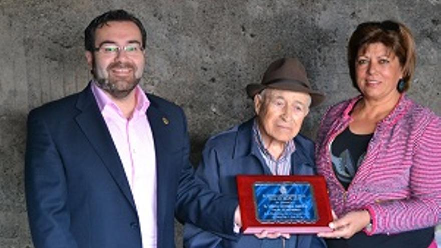 Mario Morera recibió una placa del Ayuntamiento.